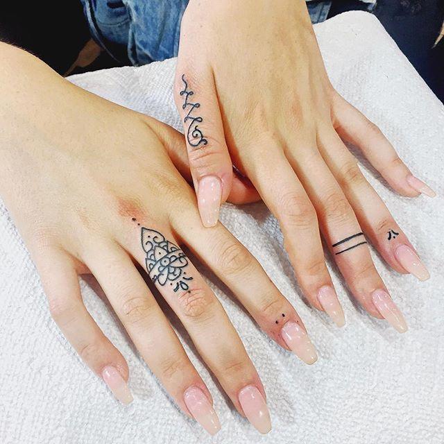 Comment réussir son tatouage aux doigts?